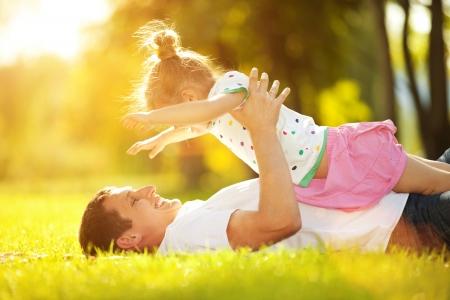 Vater und Tochter im Park Standard-Bild - 22418966