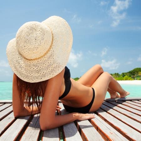 Junge Mode Frau am Strand entspannen Standard-Bild - 22578937