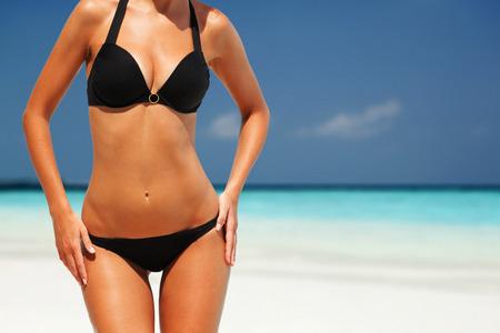 hot breast: Сексуальная женщина тело на фоне пляжа