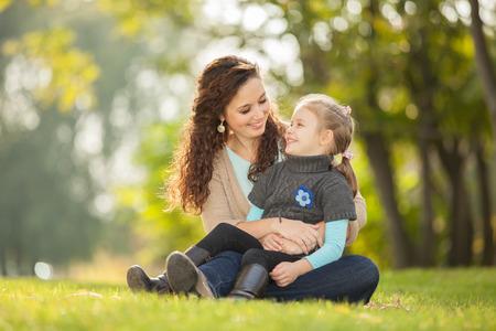 Mutter und Tochter im Park Standard-Bild - 26947769