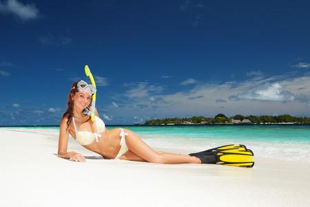 flippers: Mujer linda con el equipo de buceo de relax en la playa tropical