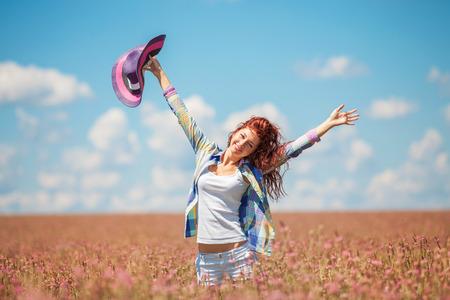 campo de flores: Mujer linda en el campo con flores Foto de archivo