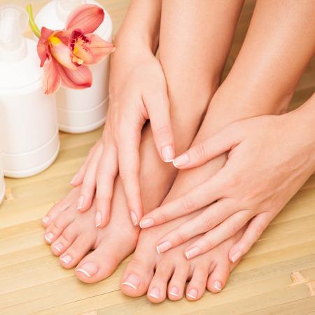 manos y pies: el cuidado de piernas de una mujer hermosa Foto de archivo