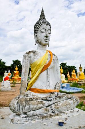 golden orb weaver: Statua di Buddha nel tempio a Supanburi, Thailandia