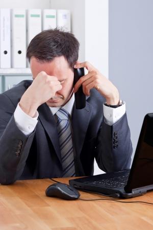 desesperado: hombre de negocios de conseguir realmente una mala noticia en el tel�fono Foto de archivo