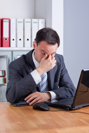 Business-Mann mit Kopfschmerzen, erschöpft oder traurig Lizenzfreie Bilder