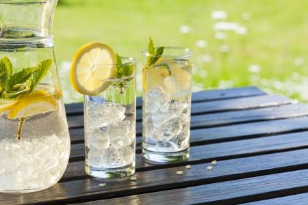 acqua vetro: fredde bevande estive in giardino