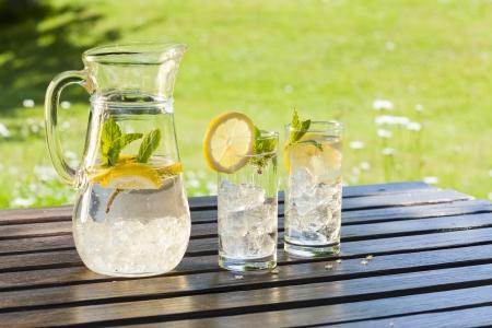 kalten Sommer-Drinks im Garten
