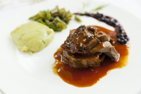köstliches Gourmet-Hirsch natürlich mit Soße Lizenzfreie Bilder