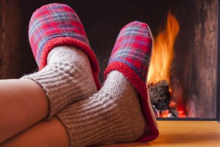 Entspannen am Kamin auf Winterabend