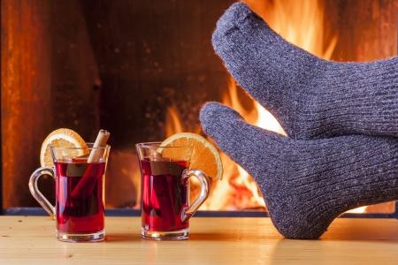Entspannung am Kamin auf Winterabend