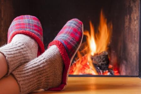 ontspannen bij de open haard op winteravond Stockfoto