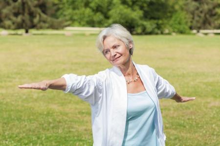 Best Ager Frauen praktizieren Yoga und Tai Chi im Freien Standard-Bild - 21082532