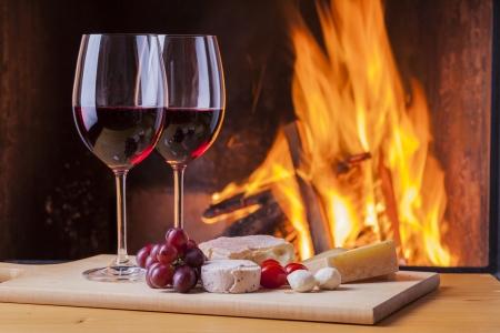 美味しいチーズとワイン、暖炉のそばで