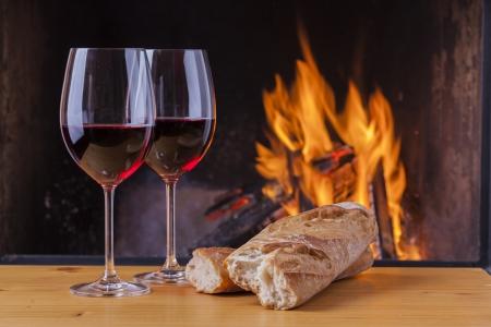 leckeren Käse und Wein am Kamin