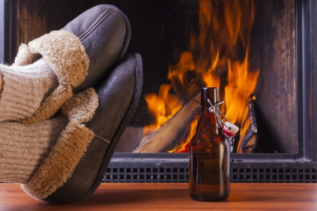 relaxing drinks at cozy warm fireplace in winter Banque d'images