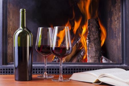 köstliche Rotwein am Kamin Lizenzfreie Bilder