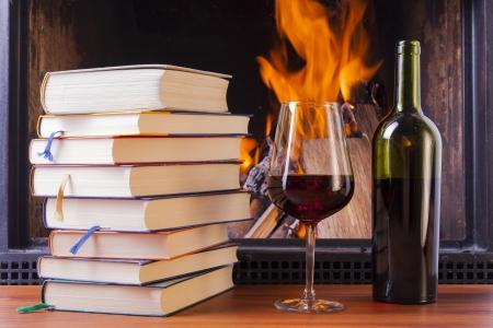 relaxing drinks at cozy warm fireplace in winter Standard-Bild