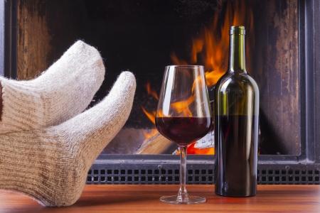 Entspannung Getränke an warmen gemütlichen Kamin im Winter Lizenzfreie Bilder