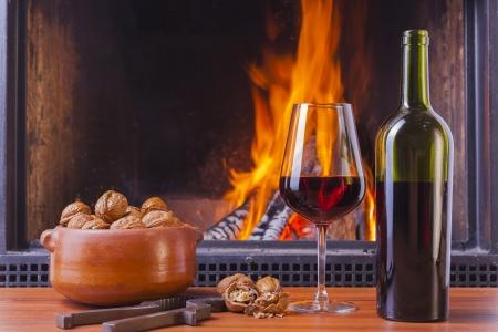 Entspannung Getränke im gemütlichen warmen Kamin im Winter