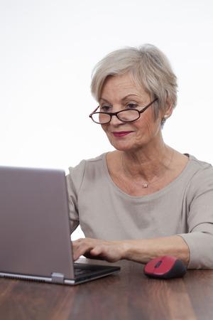 zuversichtlich, gepflegte ältere Frau, die verschiedenen Situationen zu Hause