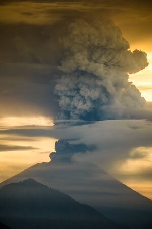 Eruption of the volcano Agung in Indonesia in the province Abang 版權商用圖片