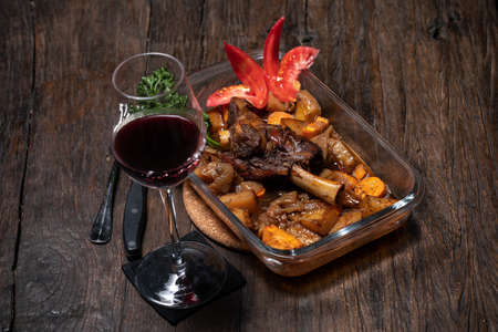 Roasted lamb leg with potatoes fresh oven cooked. Delicious roasted ribs Imagens