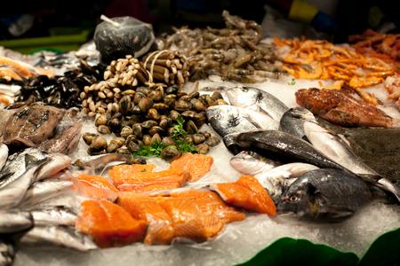 El mostrador en el mercado, mariscos en hielo, mejillones, salmón, pargo. El mercado de la Boquería en Barcelona, España. Foto de archivo