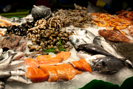 The counter on the market, seafood on ice, mussels,salmon, snapper. The Boqueria Market in Barcelona, Spain. Banco de Imagens - 106246473