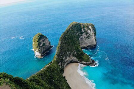 Top view of Karang Dawa bay, Kelingking beach. Nusa Penida Island, Indonesia. Drone photo. Imagens