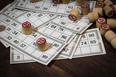 old lotto on a wooden background. Board game. Banque d'images - 113573926
