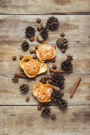 Tangerines, cones, spices on a wooden background. Ð¡oncept of New Year and Christmas, Christmas drink Mulled wine. Flat lay, top view Archivio Fotografico