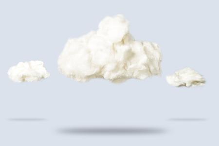 Nubes de algodón sobre un fondo azul. Concepto de tiempo