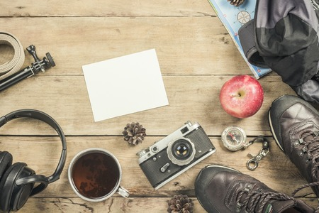 Boots, backpack, compass and other camping gear on a wooden background. The concept of hiking in the mountains or the forest, tourism, tent rest, camp. Flat lay, top view Stockfoto