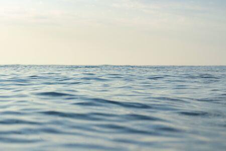 Zee bij zonsondergang en bij zonsopgang. Zeegezicht. Nauwe focus.