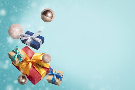 Flying gift boxes and Christmas decorations on a blue background. Holiday concept, christmas. Levitation. Items in the air. Flat lay, top view. Banco de Imagens