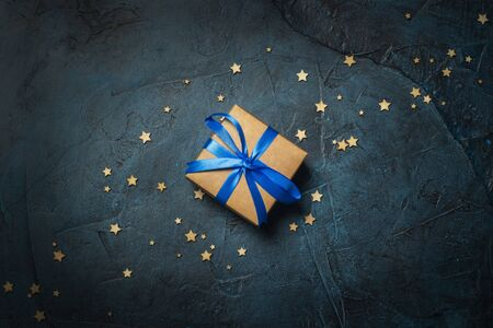 Gift box on a dark blue stone background with stars. Gift concept for a loved one, night. Flat lay, top view. Banco de Imagens - 133462405
