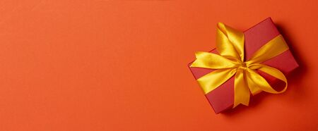 Gift box on a red background. Holiday concept, christmas. Banner. Flat lay, top view. Banco de Imagens - 133462417