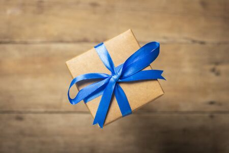 Flying gift box on a wooden background. Holiday concept, christmas. Levitation. Banco de Imagens - 133462432