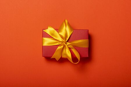 Gift box on a red background. Holiday concept, christmas. Flat lay, top view. Banco de Imagens - 133462457