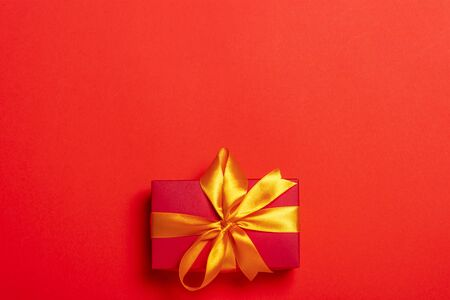 Gift box on a red background. Holiday concept, christmas. Flat lay, top view. Banco de Imagens - 133462460