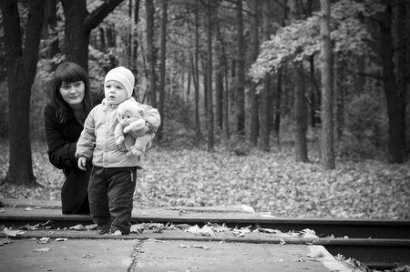 Una joven madre con su hijo bebé. Foto en blanco y negro Foto de archivo - 4444148
