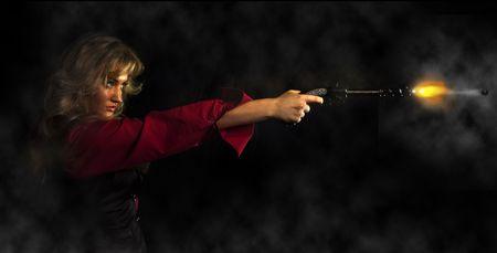flint gun: Retrato de una joven en una camisa roja con una pistola