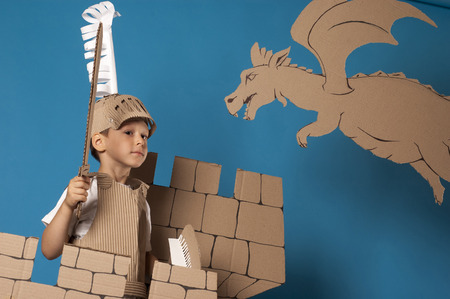 espadas medievales: foto del muchacho en traje de caballero medieval hecha de cartones