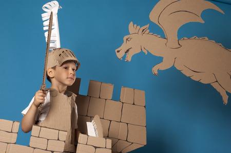 castello medievale: foto del ragazzo in costume da cavaliere medievale fatto di cartoni