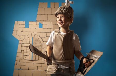 foto van de jongen in middeleeuwse ridder kostuum gemaakt van karton