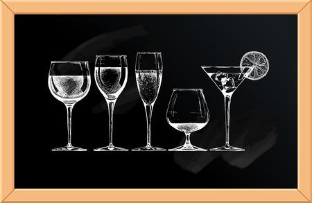 Vector set glazen drinkbekers op schoolbord achtergrond.