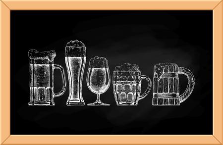 cold drinks: Vector conjunto de vasos de cerveza y tazas en el fondo pizarra. Vectores