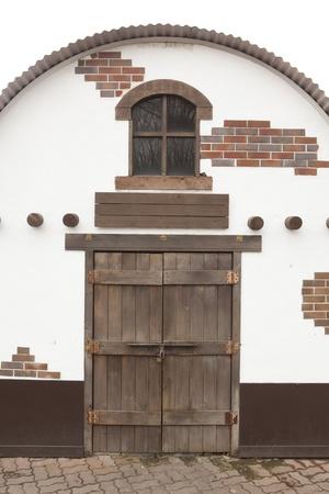 door bolt: ladrillo y madera de puerta