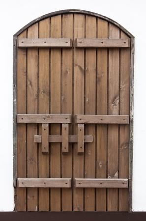 door bolt: puerta de madera